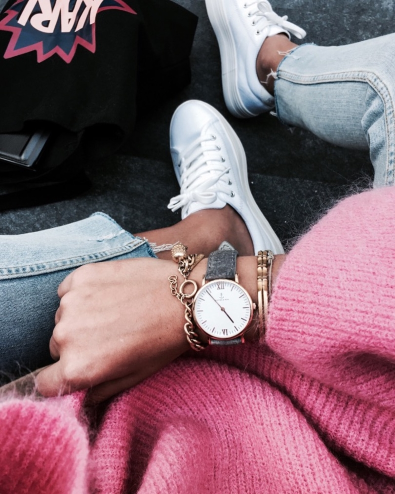 Armbanduhr, Pink Pullover, Sneaker