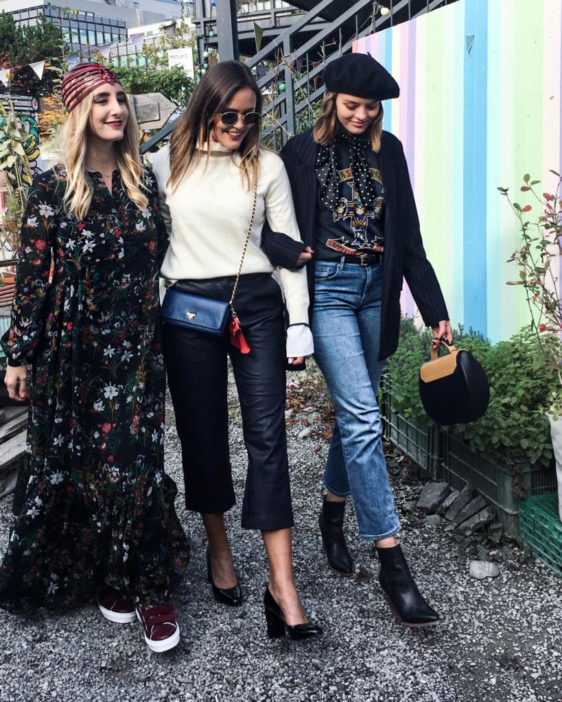 Mit Freundinnen - Blumenkleid, Pumps, Hose, Hut, Pullover, Tuch, Taschen
