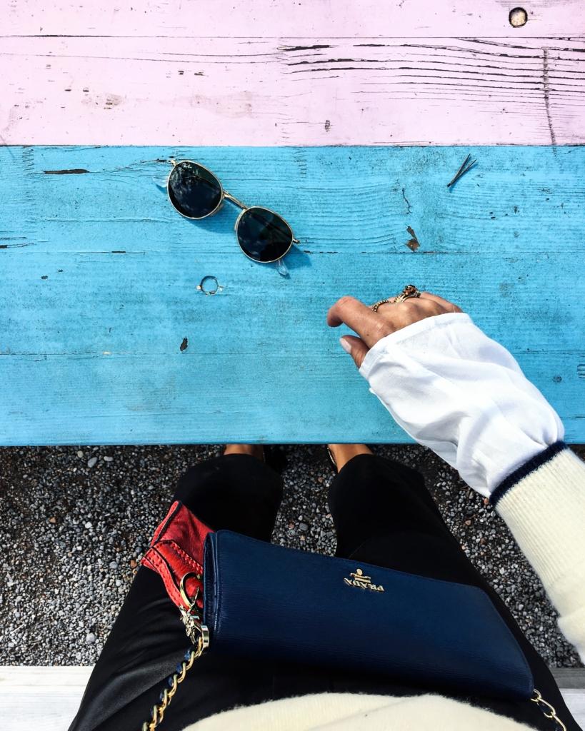 Sonnebrille und Pradatasche