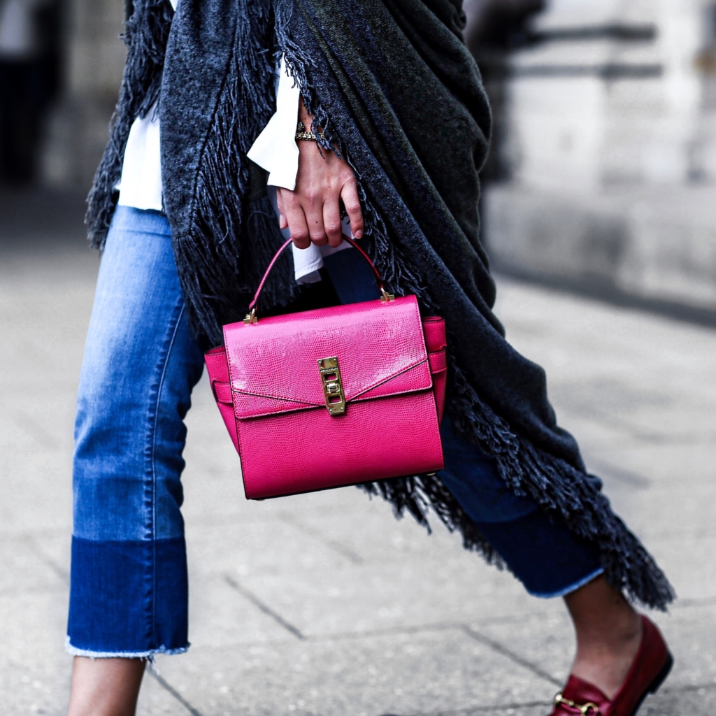 Detail - Pinke Handtache, Jeans, Poncho, weiße Bluse