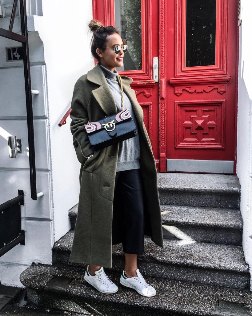 Streetstyle - oliver Mantel, Tasche, Hose Sneaker, Sonnenbrille, Dutt