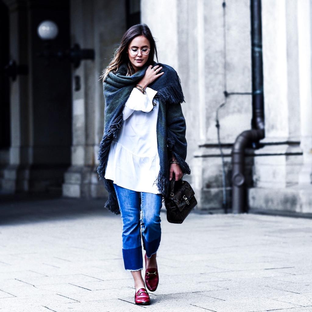 Schal, weißes Oberteil, Jeans, Tasche, Schuhe, Brille