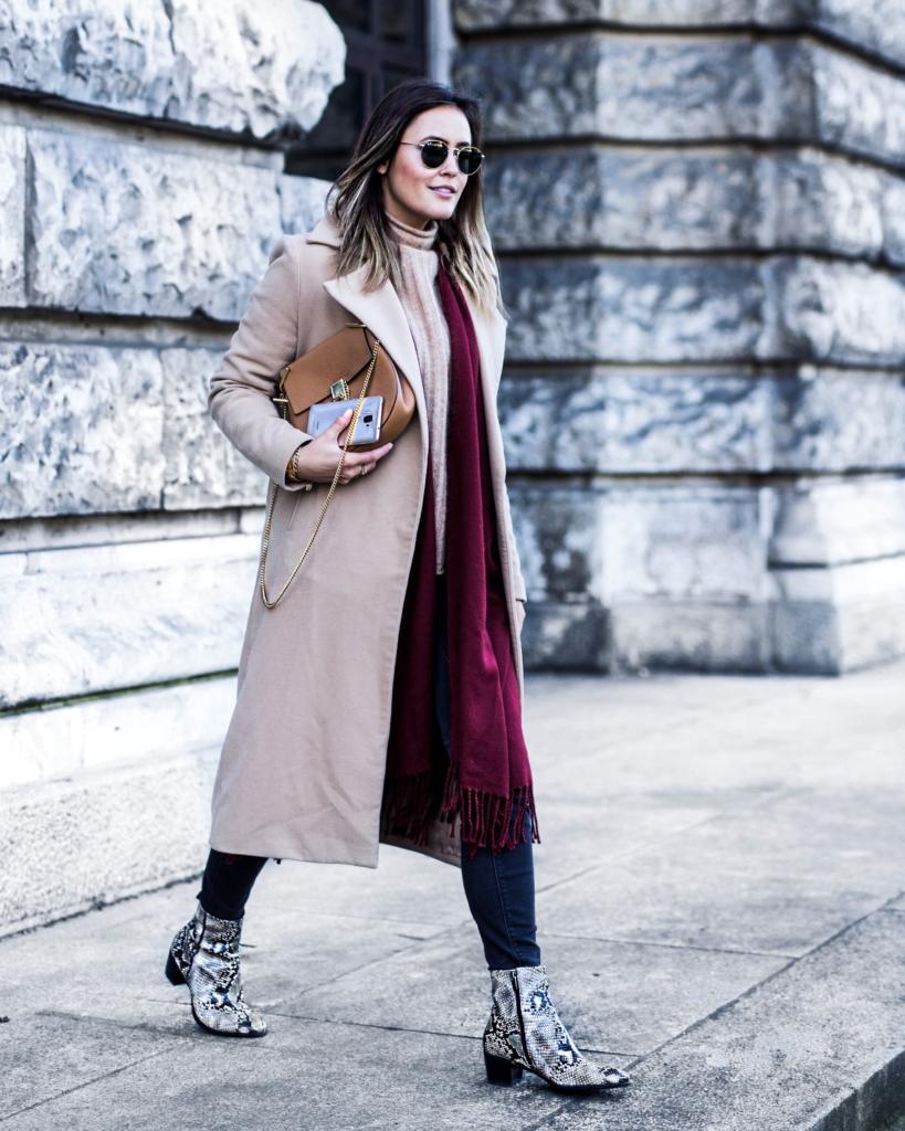 beige Mantel, roter Schal, Handtasche, Handy, Schuhe, Sonnenbrille