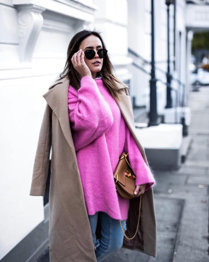 pinker Pullover, Sonnenbrille, brauner Mantel, brauen Tasche, Jeans