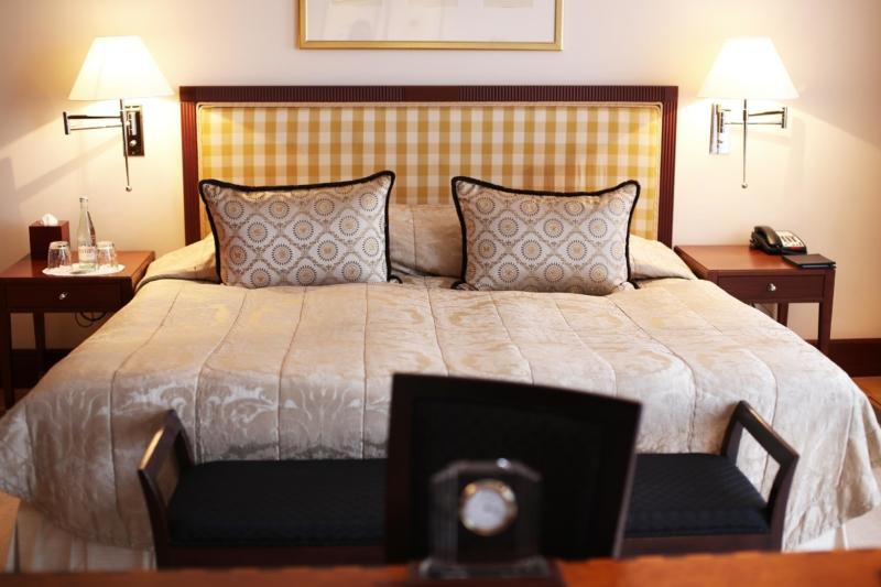 Doppelbett im Hotel Adlon