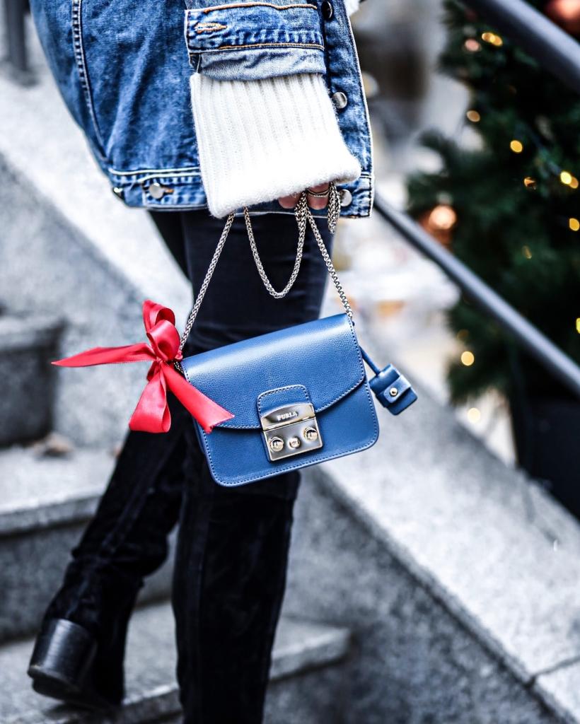 Jeansjacke, Pullover, Tasche, rote Schleife