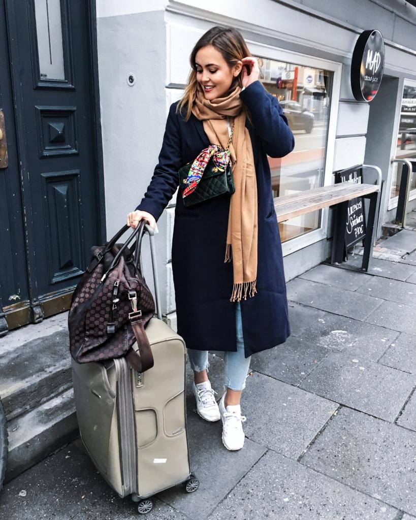Travel - brauner Schal, blauer Mantel, Sneaker, Koffer, LV Tasche