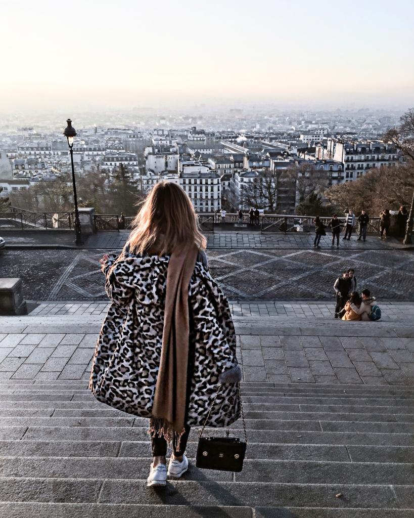 Leo Mantel, Tasche, Sneaker, Ausblick auf Paris