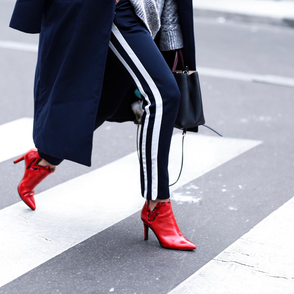 Jogginhose, rote Stiefeletten, blauer Mantel, Tasche