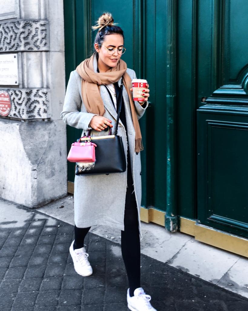 Streetstyle - brauner Schal, Brille, Kaffee, Handtasche, grauer Mantel, Leggins, Sneaker