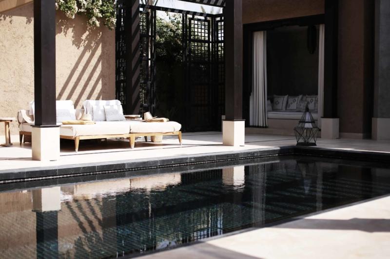 mandarin oriental hotel pool mit liegen