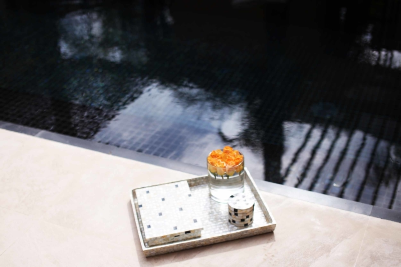 mandarin oriental hotel tablett mit Blumen