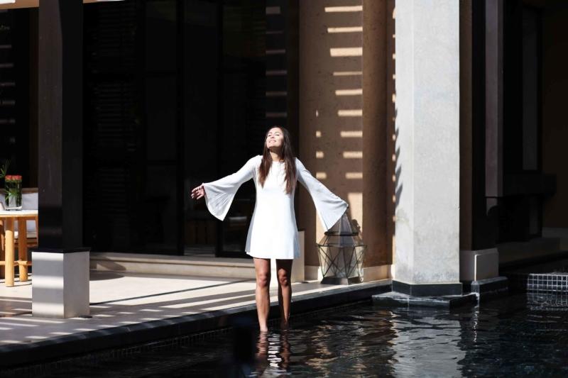 mandarin oriental hotel weißes kleid im pool