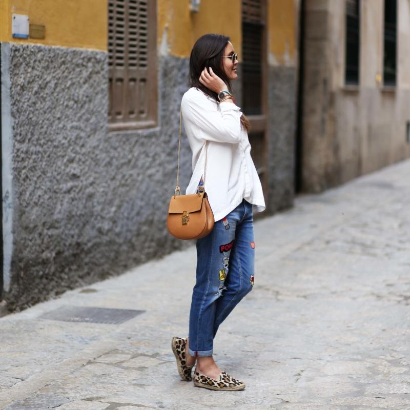 weiße bluse und jeans