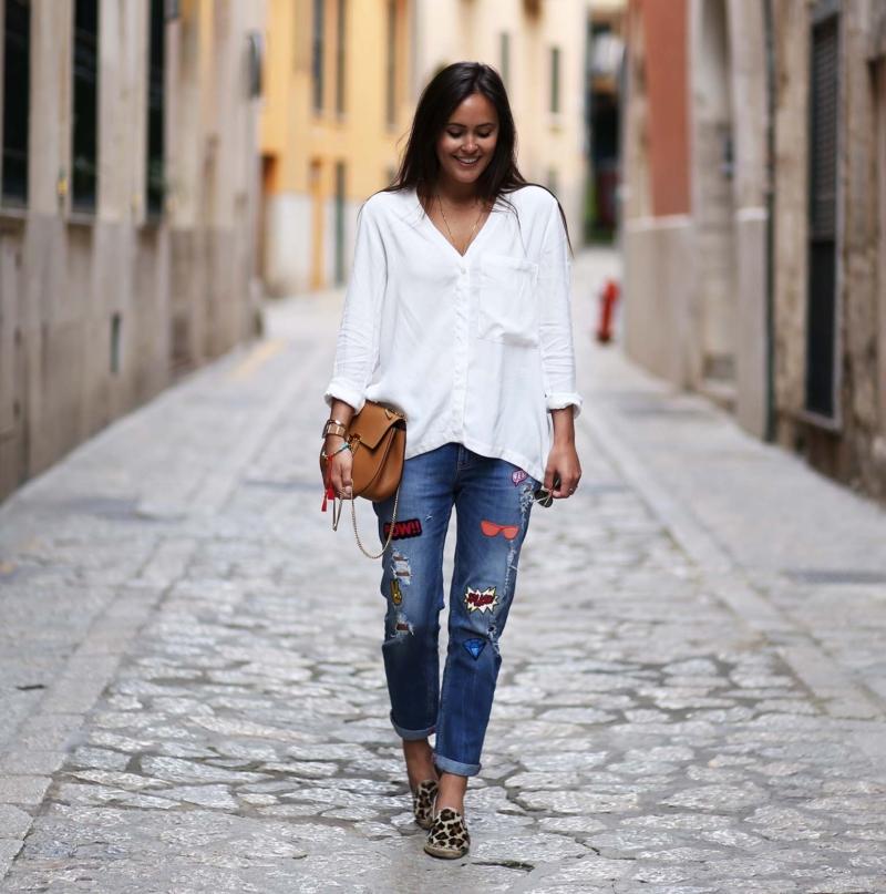 jeans mit patches und leo stoffschuhe