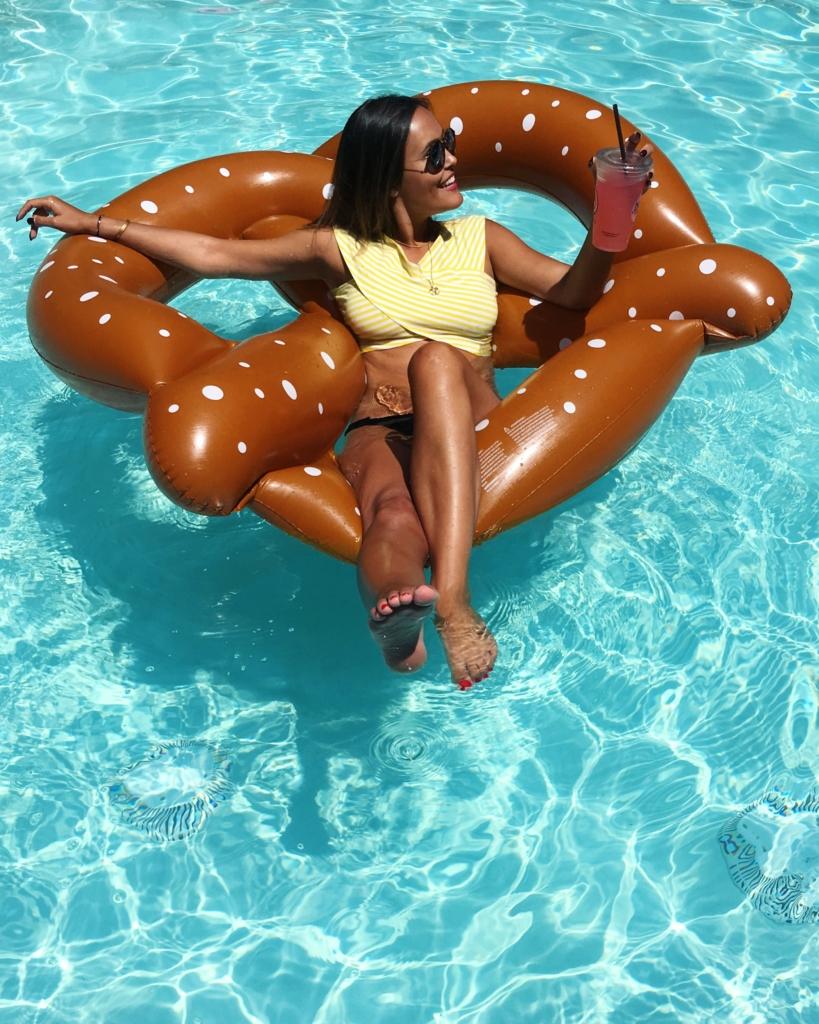 Brezelluftmatraze, Bikini, Pool, Cocktail