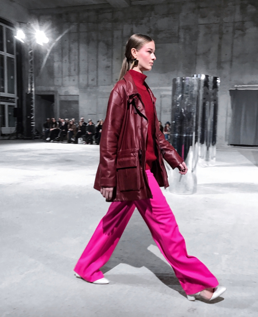 Malaikaraiss_Catrice_Cosmetic_ Fashion Walk - Pinke Hose rote Lederjacke, roter Pullover
