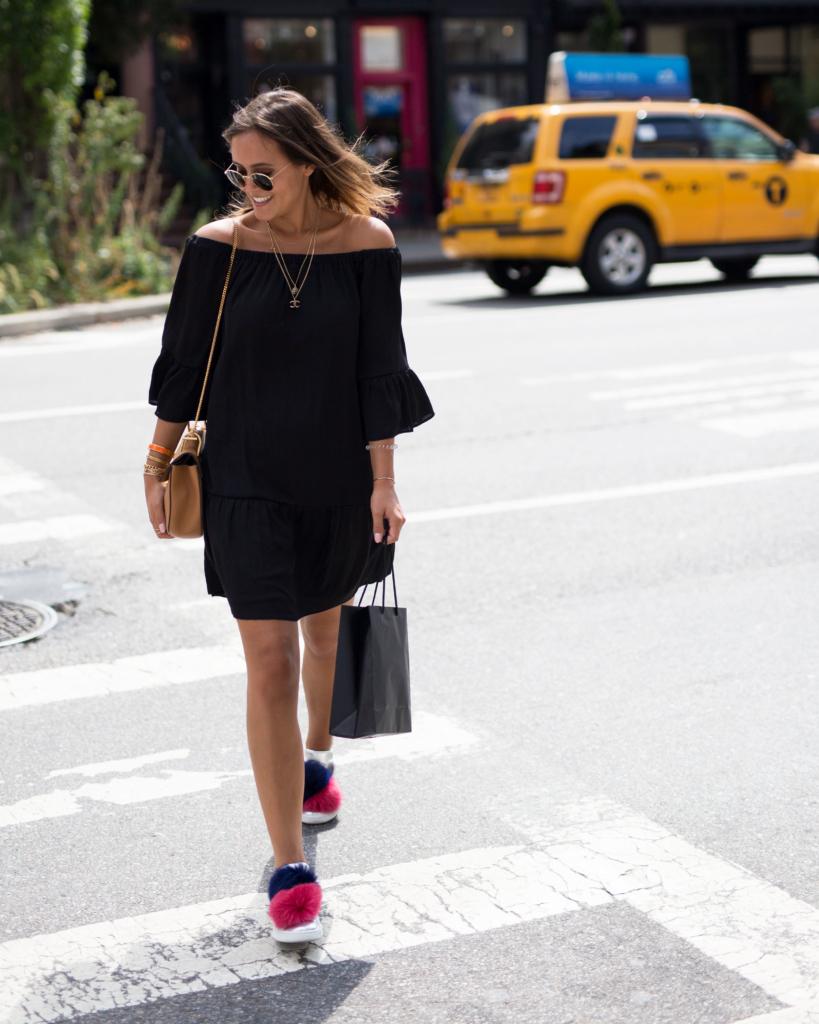 simples schwarzes offshoulder Kleid und Chloé Drew Bag in cognac