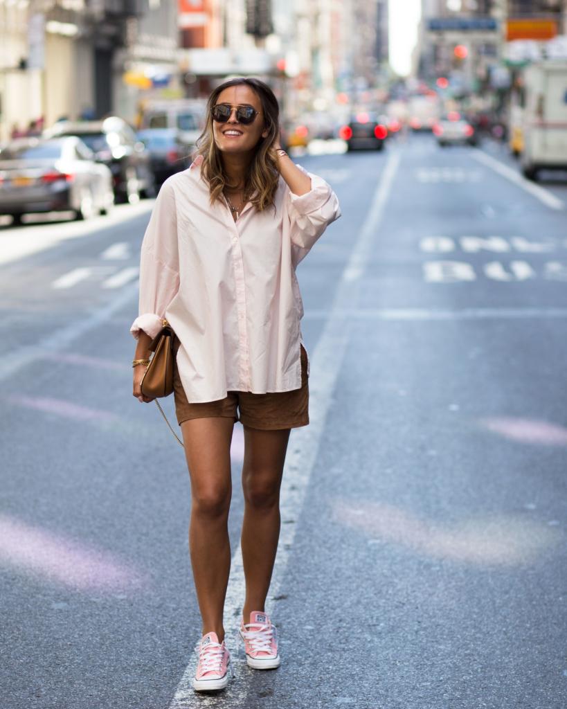 übergroße, rosa Bluse mit einer cognac farbigen Leder Shorts