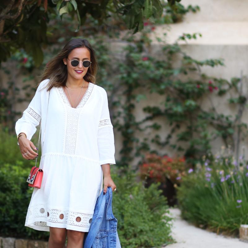 Sommerkleid in weiß mit langem Arm Leder Pantoletten mit Keilabsatz Fendi Monster Bag