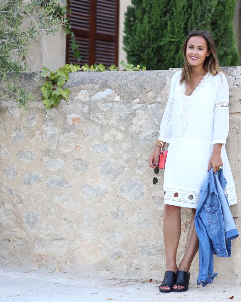 Weisses Kleid mit Dreiviertelarmen Leder Pantoletten mit Keilabsatz Jeansjacke
