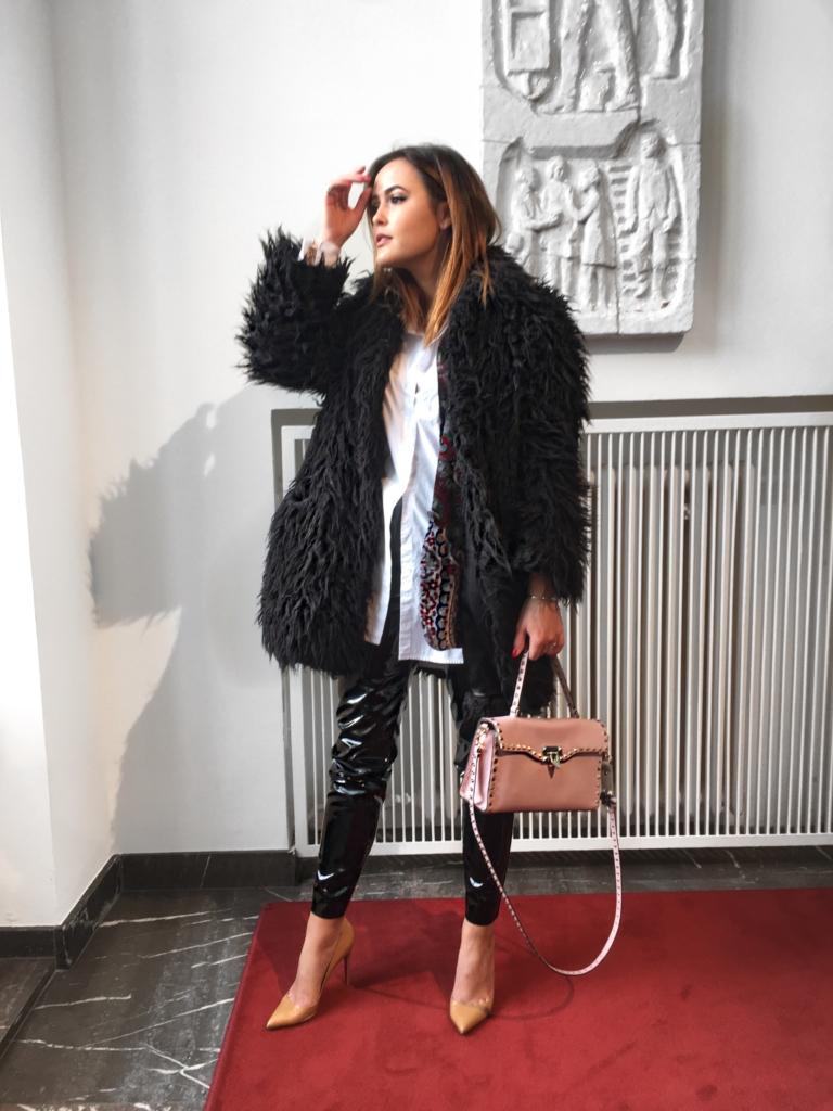 Vogue_Salon_DBMS_Catrice_Cosmetics - Plüschmantel, Lederhose, Pumps, Tasche, weiße Bluse