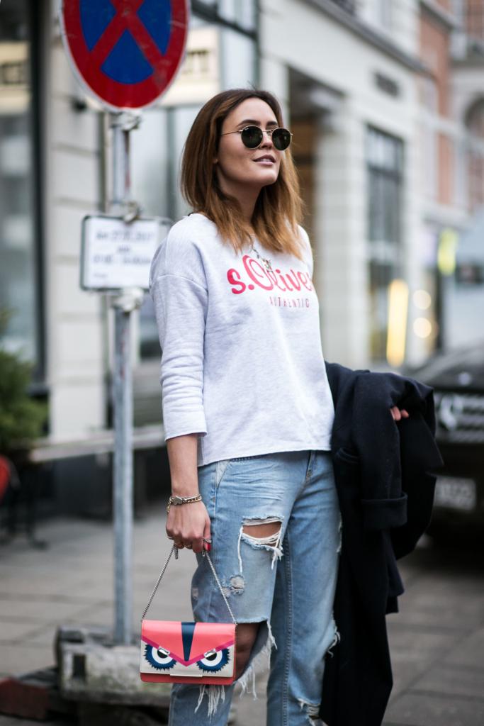 Tasche: Fendi, Sonnenbrille: Ray Ban, Sweater: s.Oliver, Hose: Zara