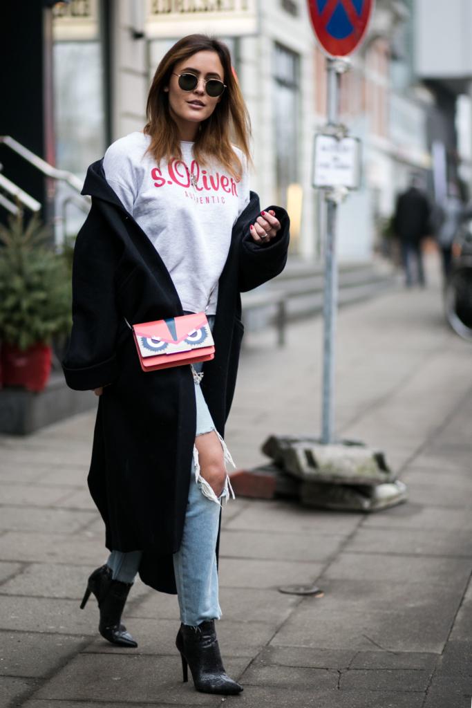 zerrissene Boyfriend Jeans in Kombination mit spitzen Python Stiefeletten und einem langen dunkelblauen Mantel, s.Oliver Shirt, Sonnenbrille, Tasche